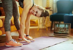 Même en quarantaine, de petits exercices physiques aident à maintenir sa santé mentale. Quant à ceux qui peuvent sortir, ils ne doivent pas hésiter à s'adonner à de longues promenades, en respectant les gestes barrières. 123RF