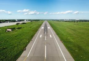 Les pistes de décollage ont été vides durant plusieurs mois. Alors que lesvacances estivales se précisent, vont-elle à nouveau faire le plein? 123 RF