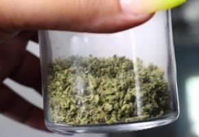 Des organisations criminelles ajoutent les cannabinoïdes synthétiques dangereux à des produits légaux. 123RF