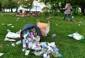 Cet été, les fins de soirée arrosées ont souvent rimé avec déchets abandonnés. VERISSIMO