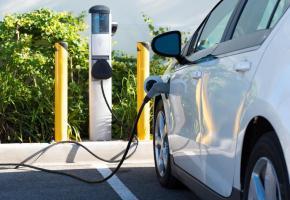 A Lausanne, les bornes de recharge pour les voitures électriques se font encore rares. dr