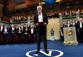 Jacques Dubochet recevant sa récompense devant un parterre d'invités. afp
