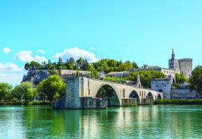 Le célèbre pont d'Avignon. En médaillon, le bateau «Camargue» avec, en arrière-plan, le Palais des papes. 123RF/BLOODUA