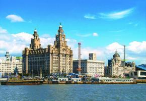 Le Royal Liver Building au bord de l'estuaire de la Mercey, fleuve traversant Liverpool. Autrefois méprisée, la ville a su modifier son image. Les touristes y affluent. PIXABAY