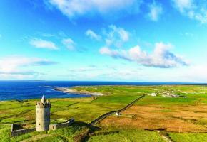 Le château de Kylemore, avec son église néo-gothique et ses jardins victoriens, est un des principaux lieux touristiques de la région du Connemara.