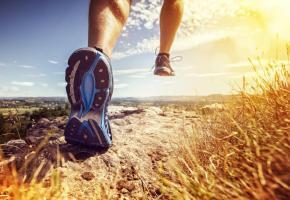Chez 40% des coureurs, le pied va vers l'intérieur lorsqu'il touche  le sol. DR