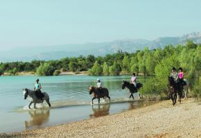 Le lac de Ste-Croix se prête bien à la pratique des sports équestres.