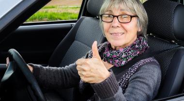 Le Service des automobiles et de la navigation, comme le TCS ont fait de la sensibilisation des seniors au volant leur priorité. GETTY IMAGES / 8VFANI