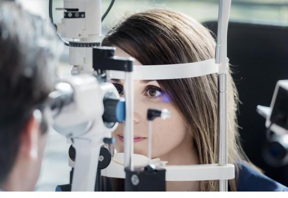 Un examen attentif de l'œil permet de dépister et traiter la maladie à un stade précoce. DR