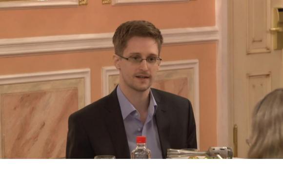 Edward Snowden, recherché par son pays, et en quête désespérée d'asile. En médaillon, son livre qui vient de paraître. DR