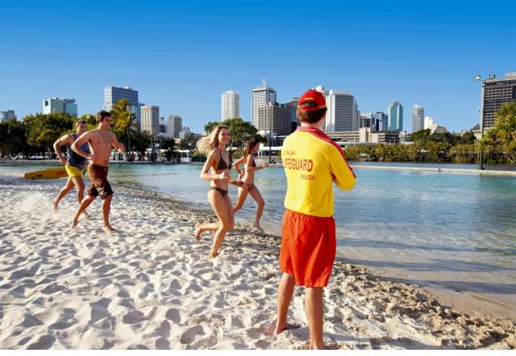 Véritable lagon artificiel, l'accueillante plage de River City. DR