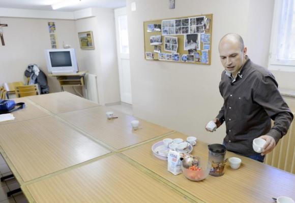 Yan Desarzens, directeur de la Fondation Mère Sofia, s'inquiète de voir les sans-abris retourner à la rue sans espoir d'être accueillis ailleurs. KEYSTONE/LAURENTGILLIERON