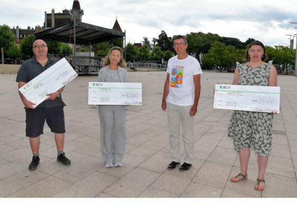 Christophe Andreae, président de la SDIO, en t-shirt Mosaïque, a remis ce 15 juillet, trois chèques à Yves Péclard (AVDL), Anne Argi (APEM) et Rachel Morciano (ARFEC). VERISSIMO