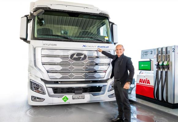 Bertrand Piccard devant l'un des premiers camions Hyundai commandés par Coop et Migros. DR