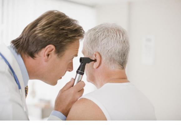 Un dépistage correctement mené et un appareillage précoce permettent de prévenir la survenue de démences. ISTOCK