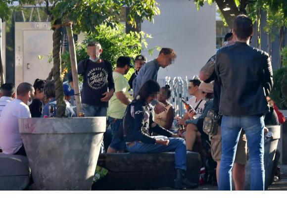 Réorienter les usagers de drogue (ici sur la place de la Riponne) vers l'Espace de consommation sécurisé du Vallon: un défi difficile. VERISSIMO