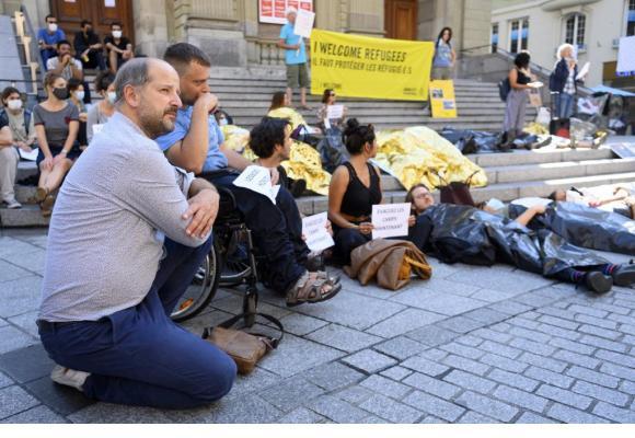 Une quarantaine de personnes, dont le syndic de Lausanne Grégoire Junod (à gauche), ont participé à la flash mob pour demander l'accueil des réfugiés de Moria. KEYSTONE/LAURENT GILLIERON
