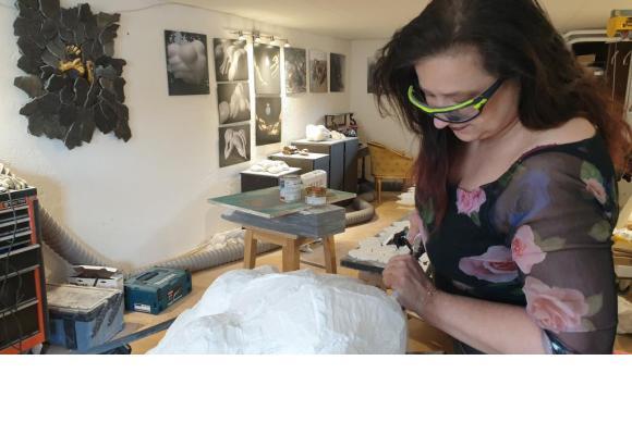 En résonance avec l'actualité, IZA déstructure le marbre dans des sculptures pleines de force et d'émotion. DR