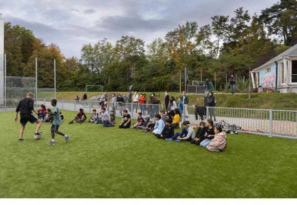 Deux buts de football sur un terrain herbeux, un fitness urbain, un terrain de basket et un autre terrain de football avec revêtement synthétique sont désormais à disposition. MISSON