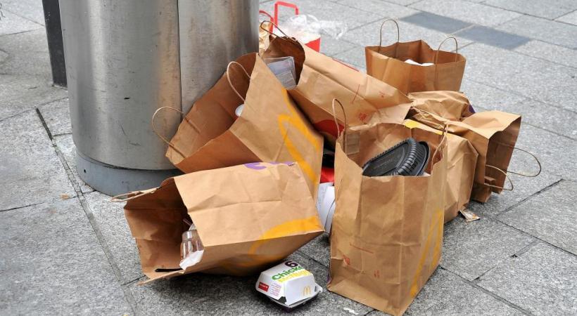 Depuis le début de la pandémie et l'explosion de la vente à l'emporter, les poubelles débordent et les incivilités augmentent. VERISSIMO