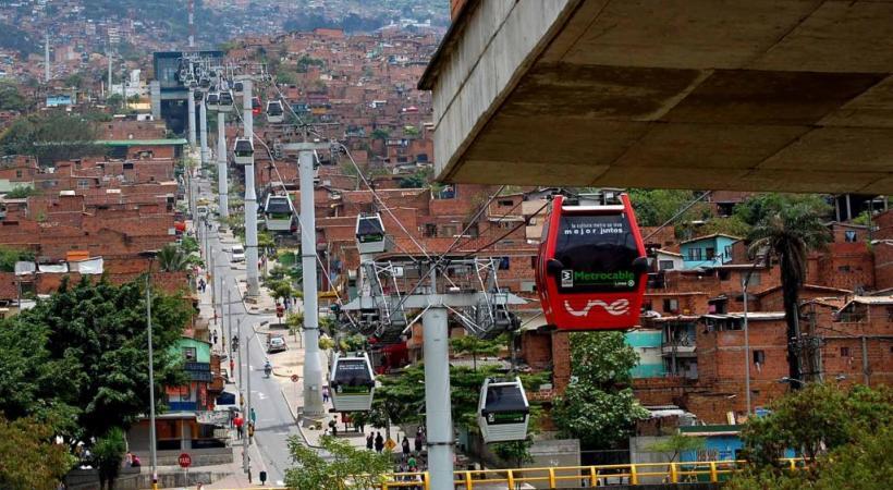 La ville de Medellin, en Colombie, a eu l'audace d'installer un téléphérique urbain en 2003 déjà. DR
