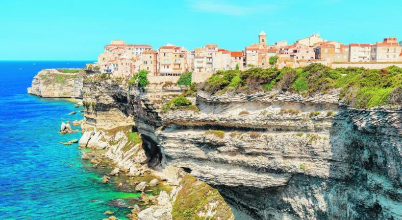 Bonifacio et ses impressionnantes falaises blanches. Un point de vue sidérant! SHUTTERSTOCK