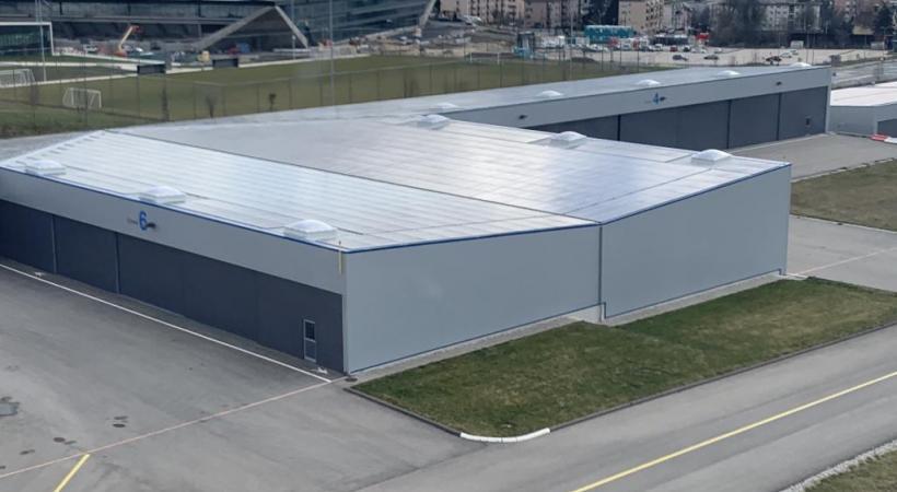 Des panneaux solaires sur les toits des hangars.